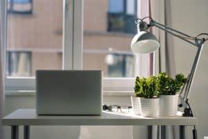 שולחן מסודר לעבודה מהבית