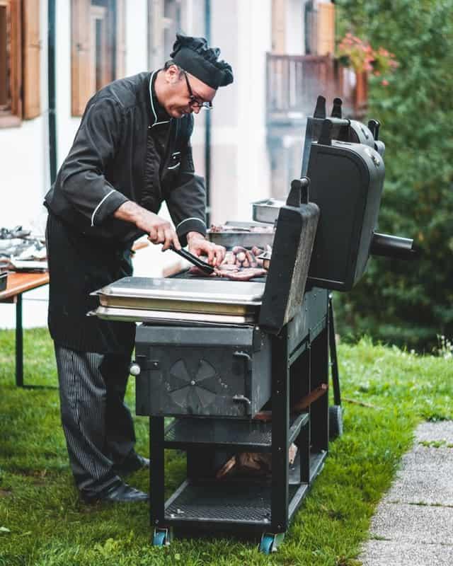 שף מכין בשר - אילוסטרציה